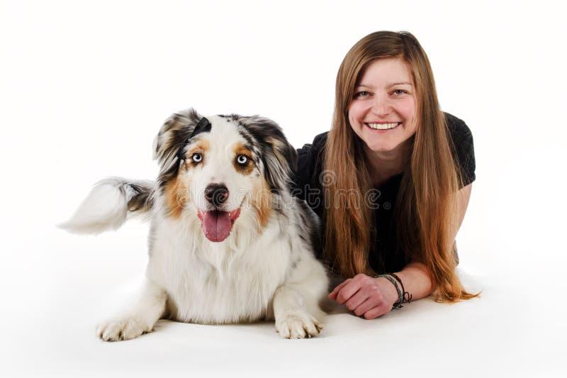 Gullig flicka och hennes vänliga hund arkivfoton