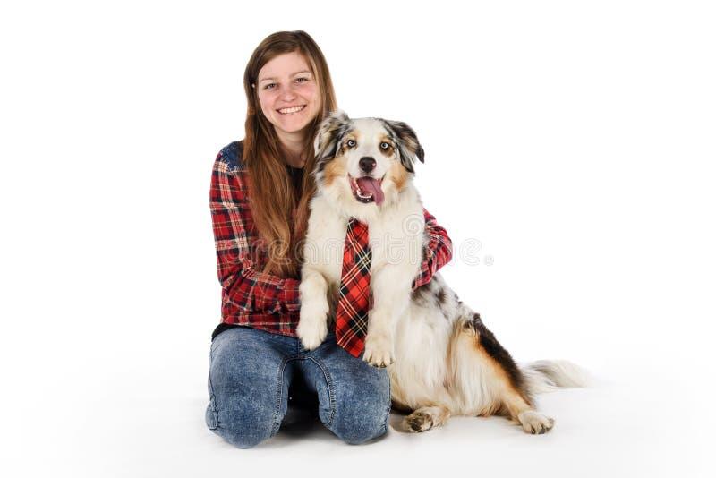 Gullig flicka och hennes vänliga hund royaltyfria foton