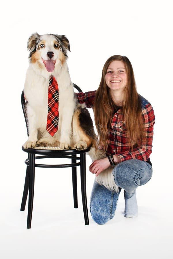 Gullig flicka och hennes vänliga hund arkivfoto