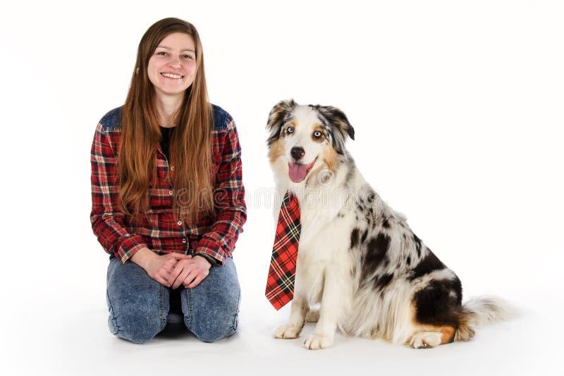 Gullig flicka och hennes vänliga hund arkivbilder