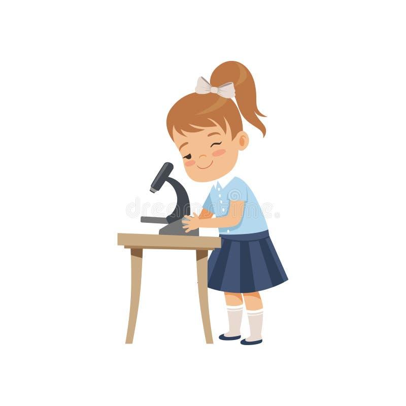 Gullig flicka som använder mikroskopet på kursen, elev i skolalikformig som studerar på skolavektorillustrationen på en vit stock illustrationer