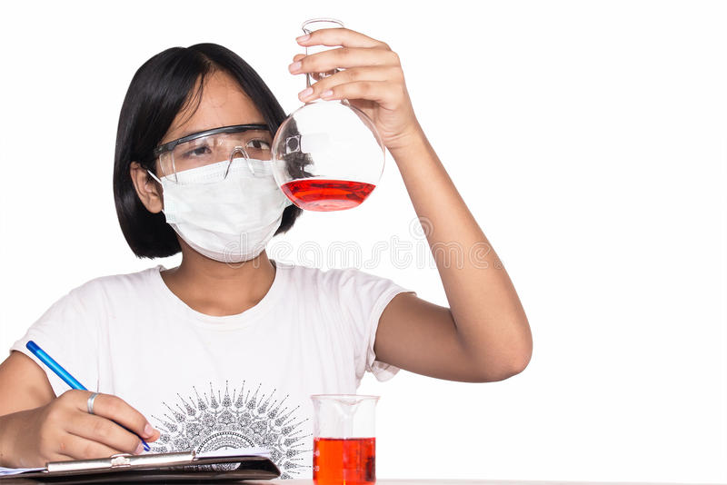 Gullig flicka som gör vetenskapsexperiment arkivfoto