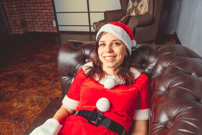 Gullig flicka som kläs som Santa Claus Lyckligt nytt år och glad jul! royaltyfria foton