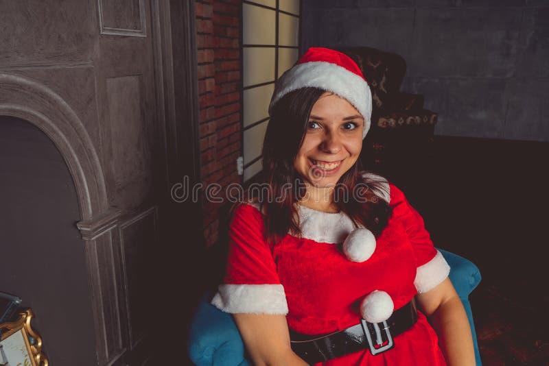 Gullig flicka som kläs som Santa Claus Lyckligt nytt år och glad jul! fotografering för bildbyråer