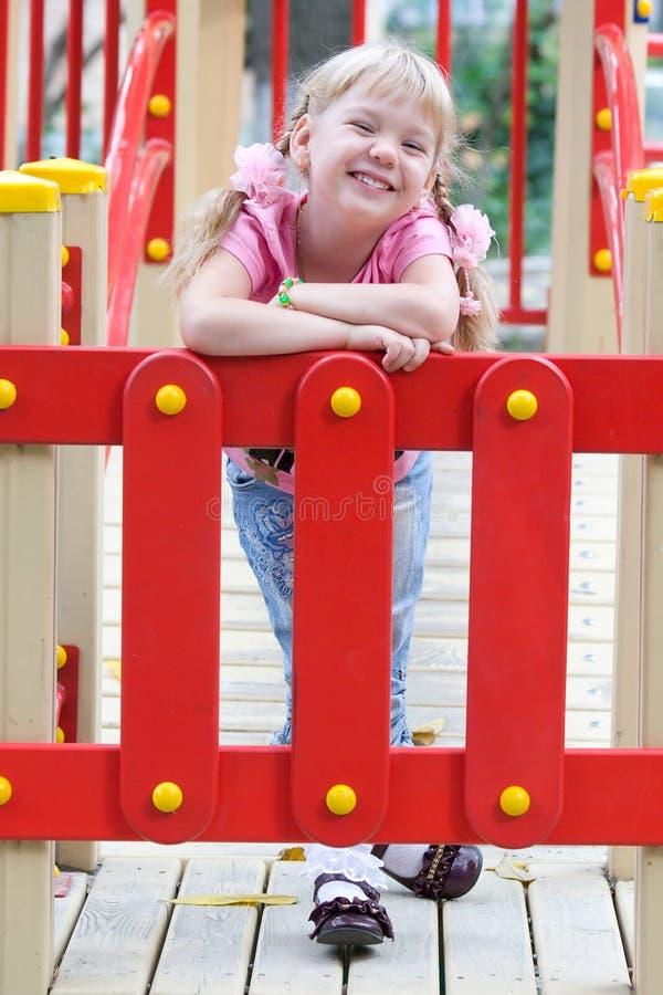 gullig flicka som little skrattar royaltyfria foton