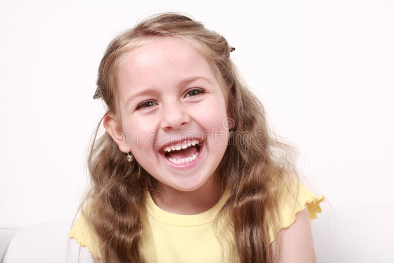 gullig flicka som little skrattar royaltyfria bilder