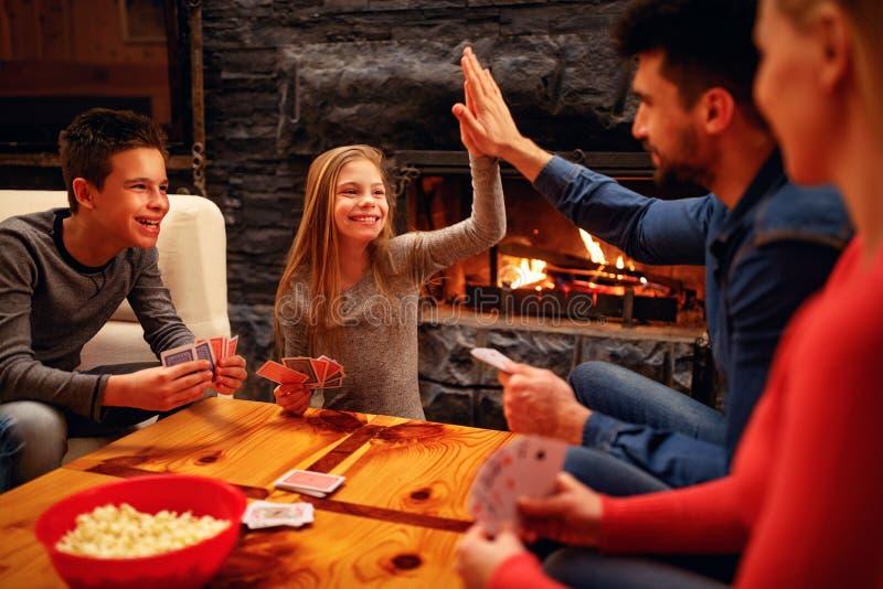 Gullig flicka som segras i kortspelet royaltyfri foto