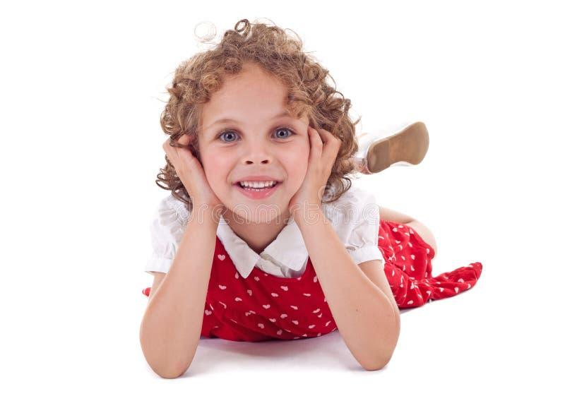 gullig flicka som ser smilling dig arkivbild