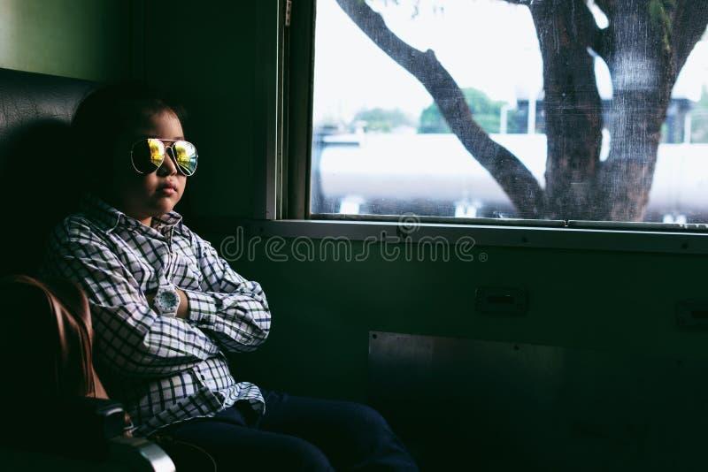 Gullig flicka som ser till och med fönster Hon reser på ett drev royaltyfri fotografi
