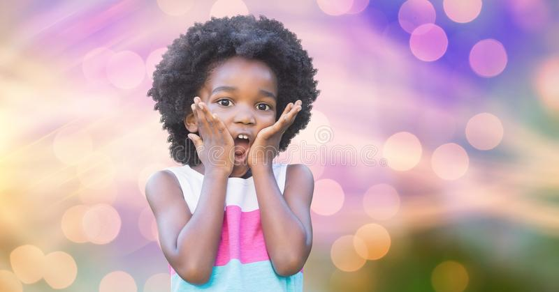 Gullig flicka som trycker på kinder över suddighetsbakgrund royaltyfri bild