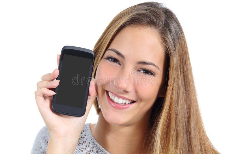 Gullig flicka som visar tom smart en isolerad telefonskärm arkivbild
