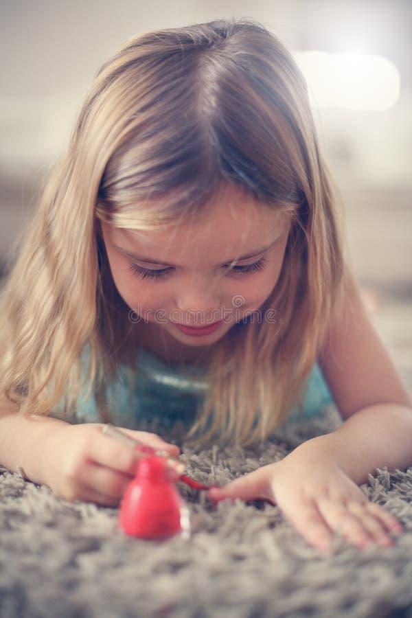 gullig flicka Stående av liten flickapolermedel som hon spikar royaltyfri fotografi