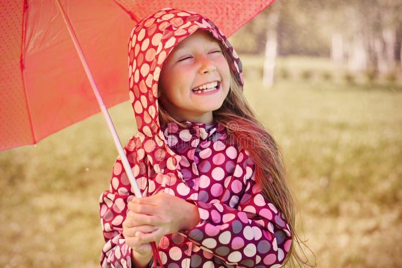 Gullig flicka under regn arkivbilder