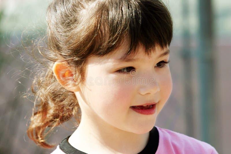 Download Gullig flicka utomhus arkivfoto. Bild av leende, lyckligt - 516532