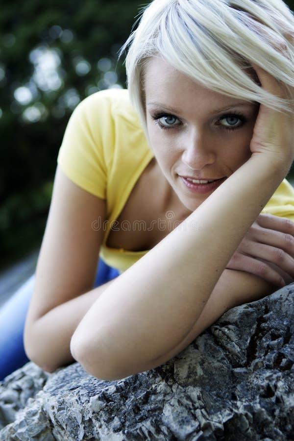 Gullig härlig blond flicka med en älv- framsida royaltyfri foto
