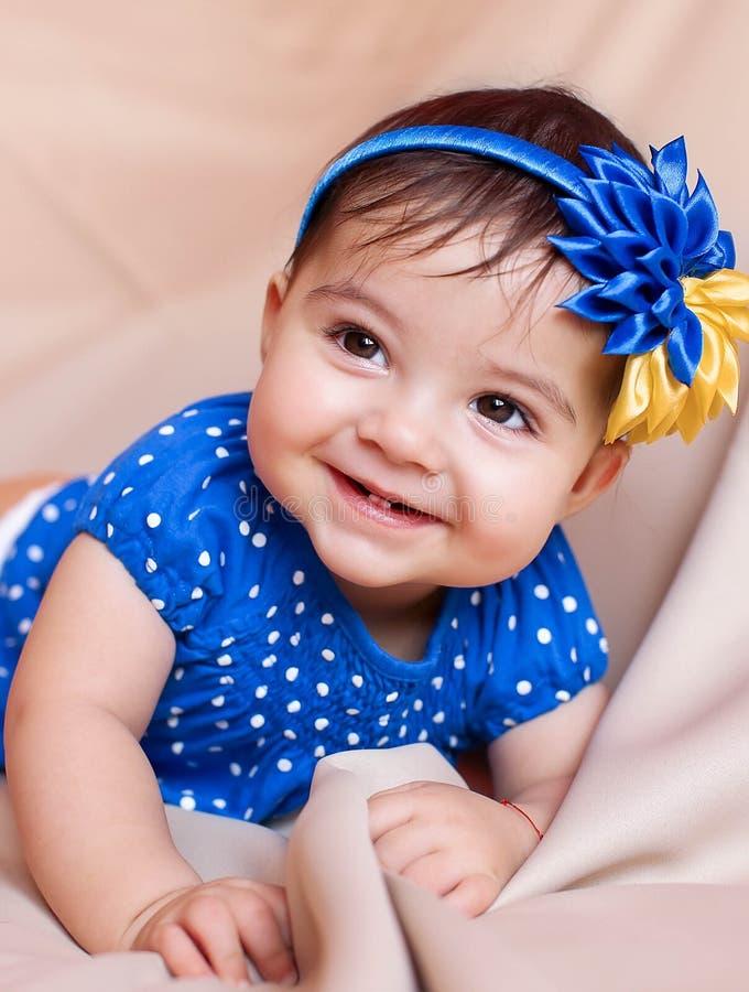 Gullig härlig liten flicka som poserar i studion royaltyfri fotografi