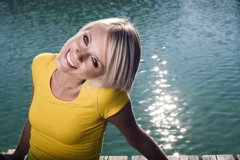 Gullig härlig ung blond kvinna royaltyfria foton