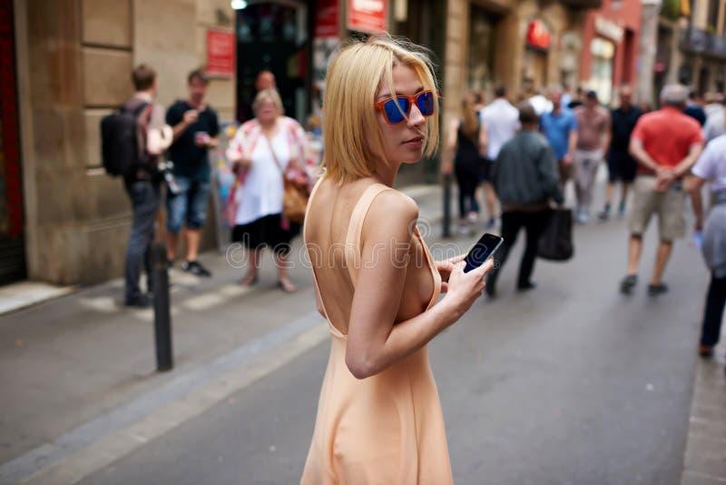 Gullig hipsterflicka med den kringresande sexiga kroppen utomhus royaltyfri fotografi