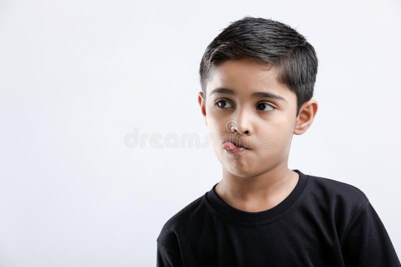 Gullig indisk pys som ger åtskilligt uttryck royaltyfri bild