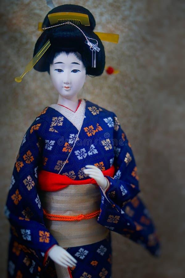 Gullig japansk geishadocka arkivfoton