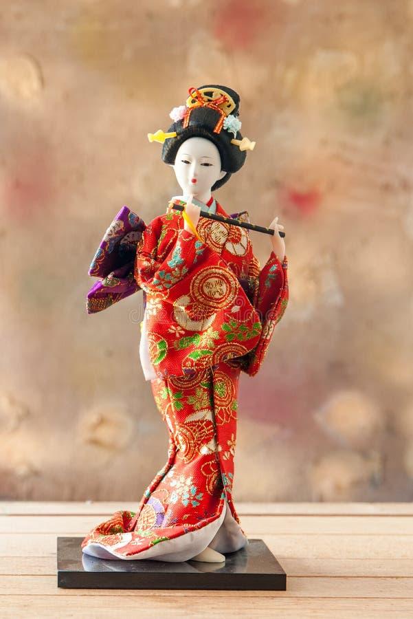 Gullig japansk geishadocka för stilleben arkivfoto