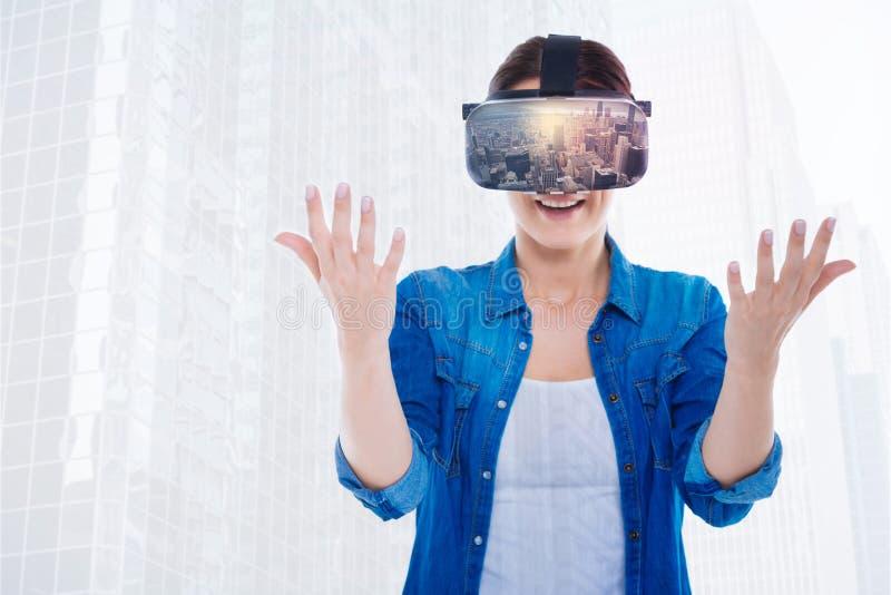 Gullig kraftig kvinna som är chockad vid virtuell verklighet royaltyfri fotografi