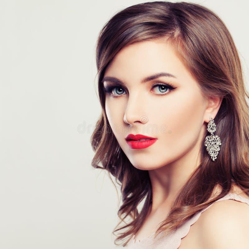 gullig kvinna Härlig framsida, frisyr, naturlig makeup arkivfoto
