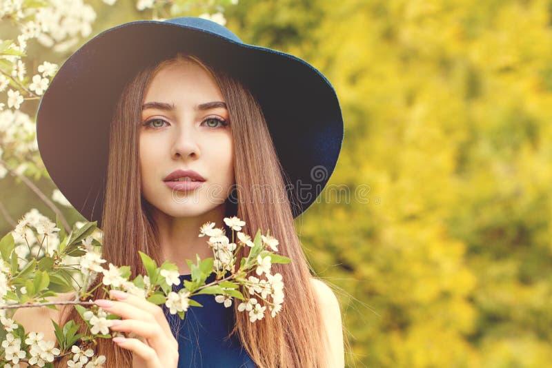 Gullig kvinna i klassisk hatt utomhus Perfekt flickast?ende arkivbilder