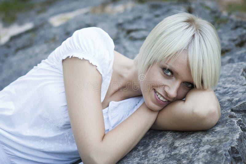 Gullig kvinna med ett härligt leende royaltyfri bild