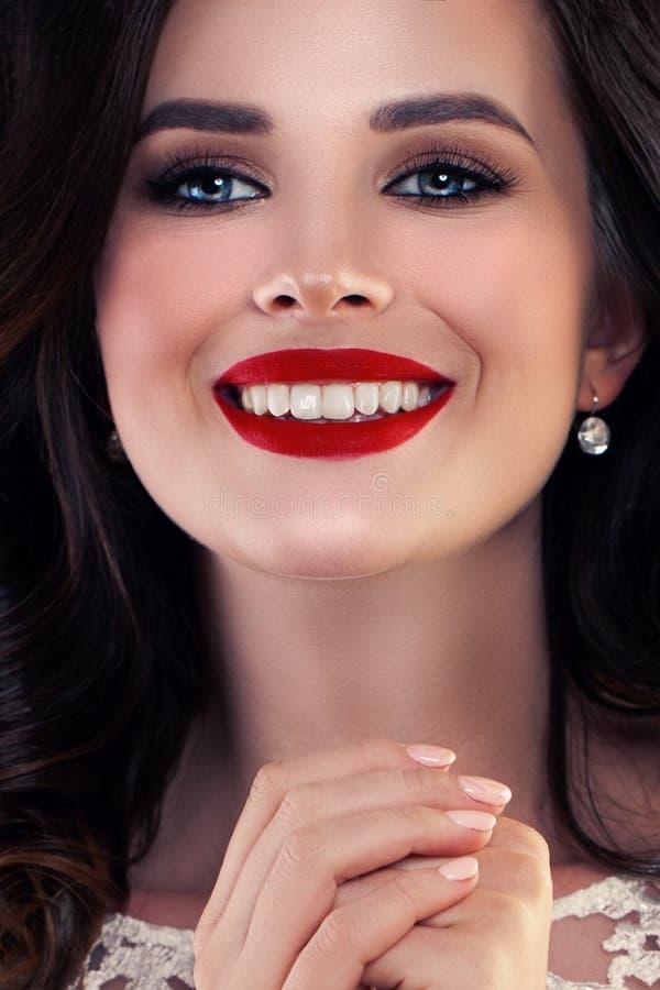 Gullig kvinna med härligt leende royaltyfri fotografi