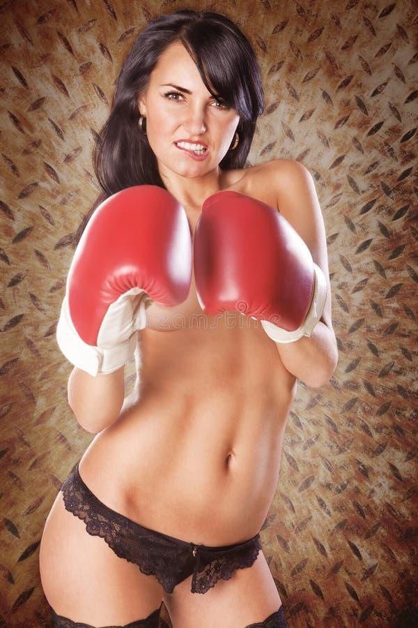 Gullig kvinna som boxas topless ha på sig svart underbyxor royaltyfria bilder