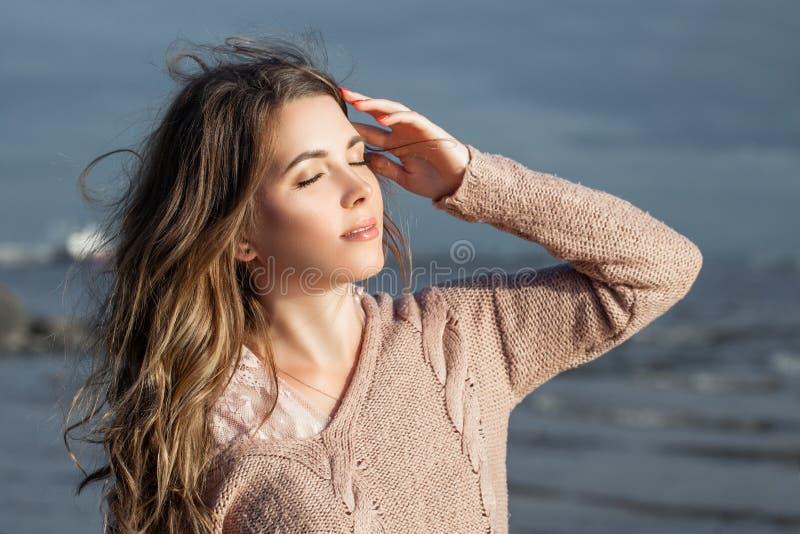 Gullig kvinna som utomhus kopplar av Nätt modellflicka med brunt lockigt hår, romantisk stående arkivbilder