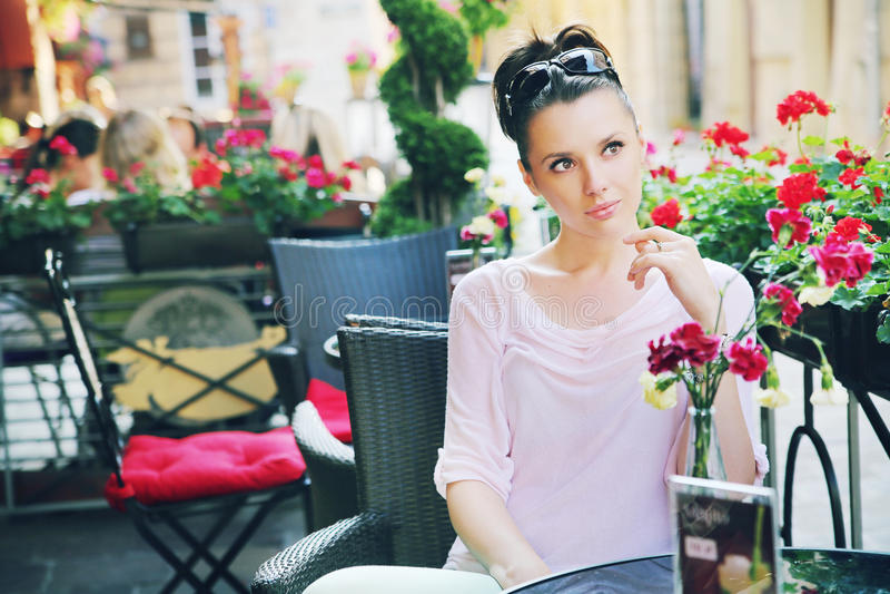 Gullig kvinna som väntar i restaurangen arkivbilder
