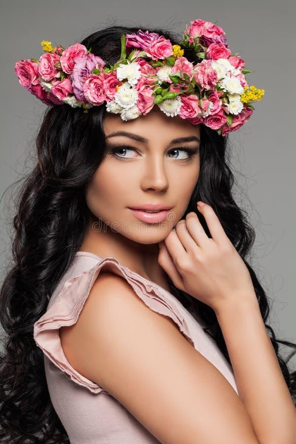 Gullig kvinnlig framsida med blommor nätt kvinna royaltyfri bild