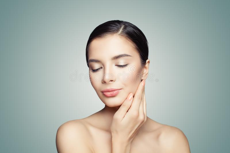 Gullig kvinnlig modell Face Härlig brunnsortkvinna på blå bakgrund arkivfoton