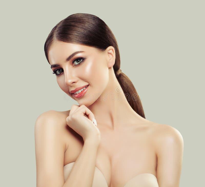 Gullig kvinnlig modell Face Ung kvinna med sund hud royaltyfri fotografi