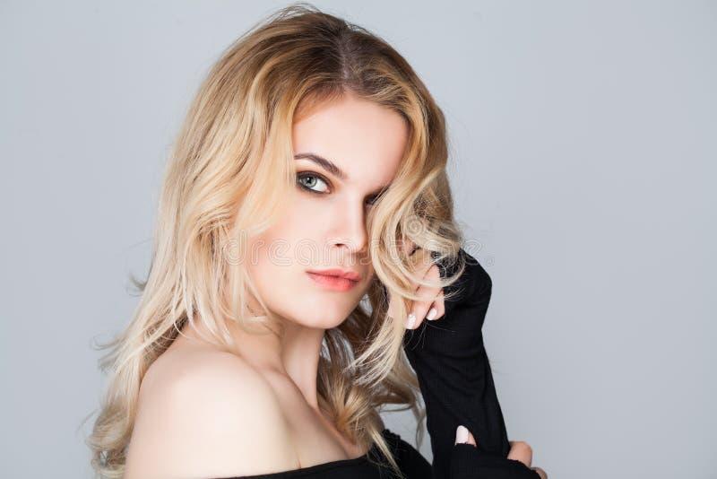 Gullig kvinnlig modell med långt blont hår arkivbild