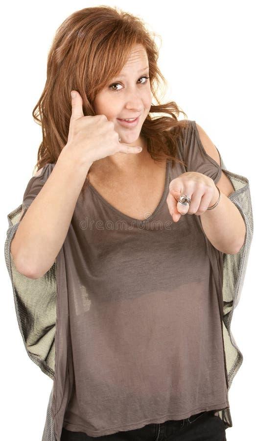 Gullig Lady Pretending som använder en telefon fotografering för bildbyråer