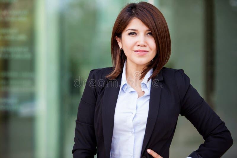 Gullig latinamerikansk affärskvinna royaltyfri foto