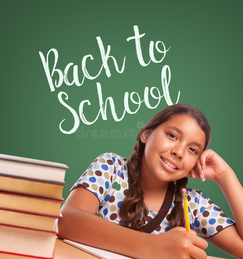 Gullig latinamerikansk flicka som framme studerar av tillbaka till den skriftliga nollan för skola arkivfoton