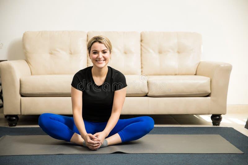 Gullig latinamerikansk kvinna som är klar för någon yoga arkivfoto