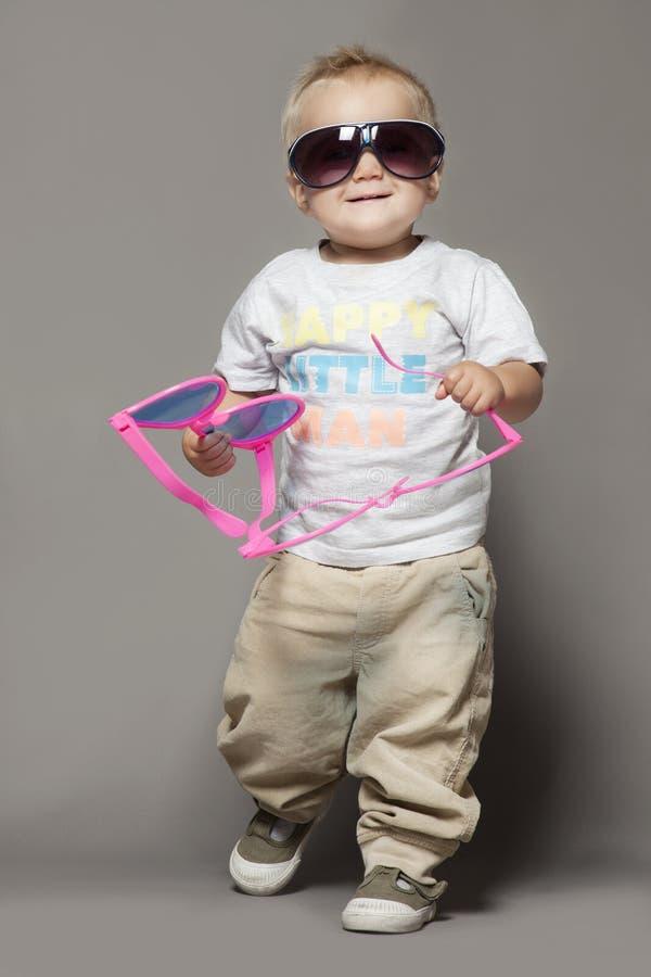 Gullig le barnpojke i solglasögon arkivfoton