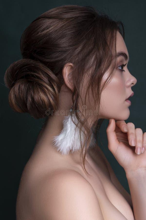 Gullig le caucasian kvinna för brunett med ny, ren, sund prickfri hud Aftonblick med den romantiska frisyren Utrymme för arkivfoton