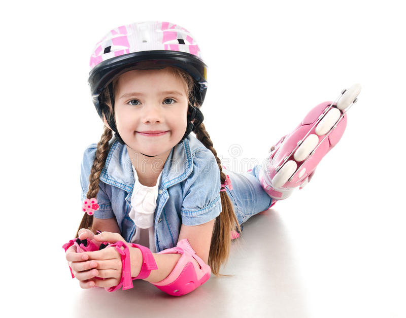 Gullig le liten flicka i rosa rullskridskor royaltyfri foto