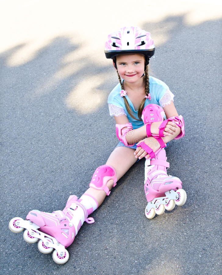 Gullig le liten flicka i rosa rullskridskor royaltyfria foton