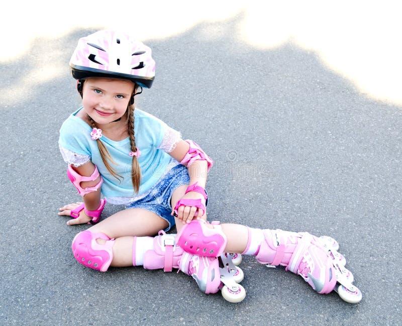 Gullig le liten flicka i rosa rullskridskor fotografering för bildbyråer