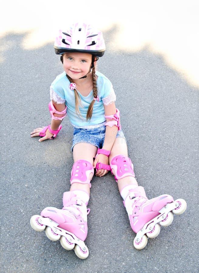 Gullig le liten flicka i rosa rullskridskor arkivbild