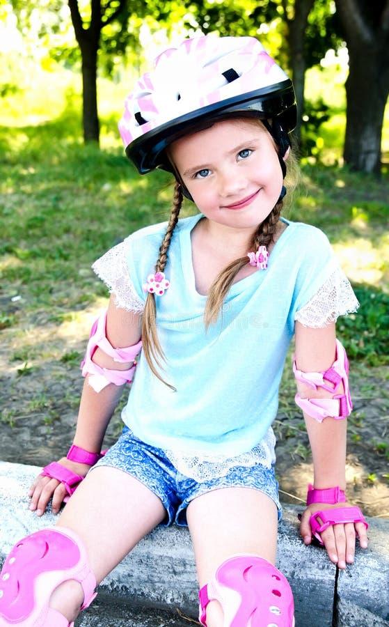 Gullig le liten flicka i rosa rullskridskor royaltyfri bild