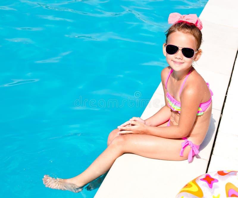 Gullig le liten flicka i simbassäng arkivfoto