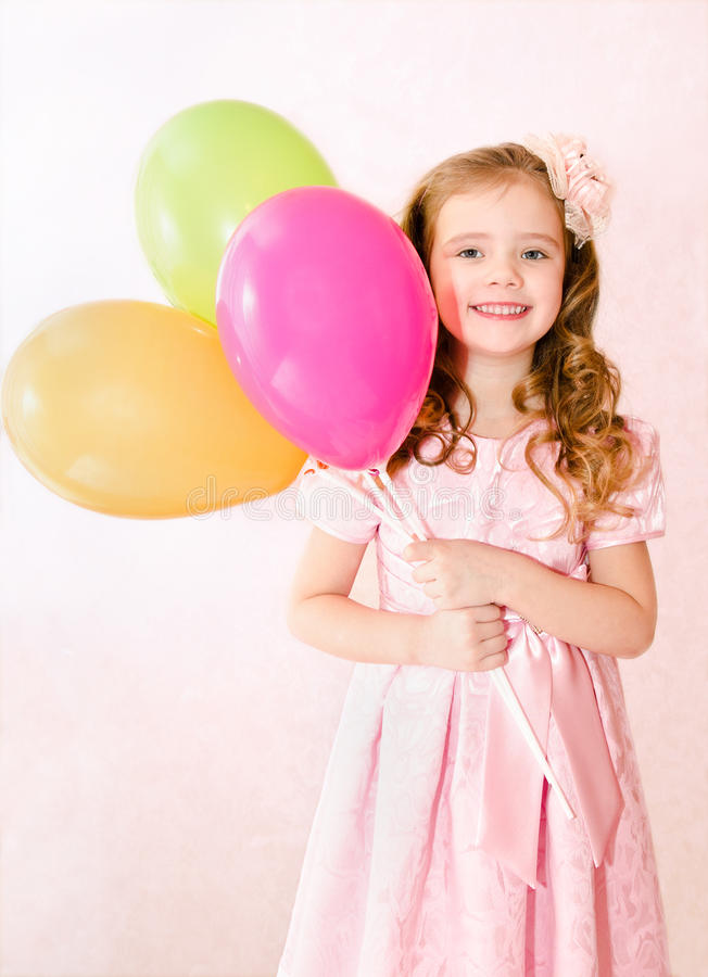 Gullig le liten flicka med ballonger royaltyfria bilder